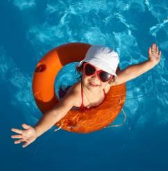 Barrière, abri, alarme ou couverture : tous les systèmes de sécurité de piscine pour la protection des enfants.