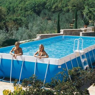 Un homme et une femme se baignant dans une piscine hors-sol tubulaire.