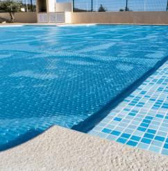 Une bâche à bulles est indispensable pour profiter au mieux de votre piscine, les beaux jours venus.