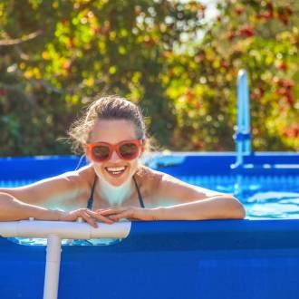 Femme dans piscine hors sol