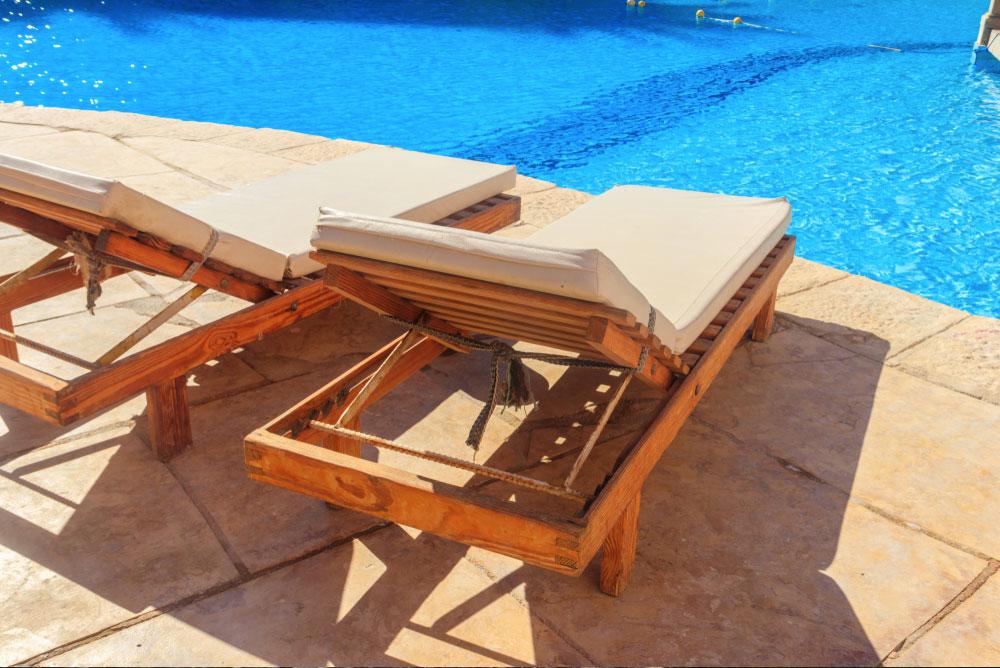 Bains de soleil autour d'une piscine