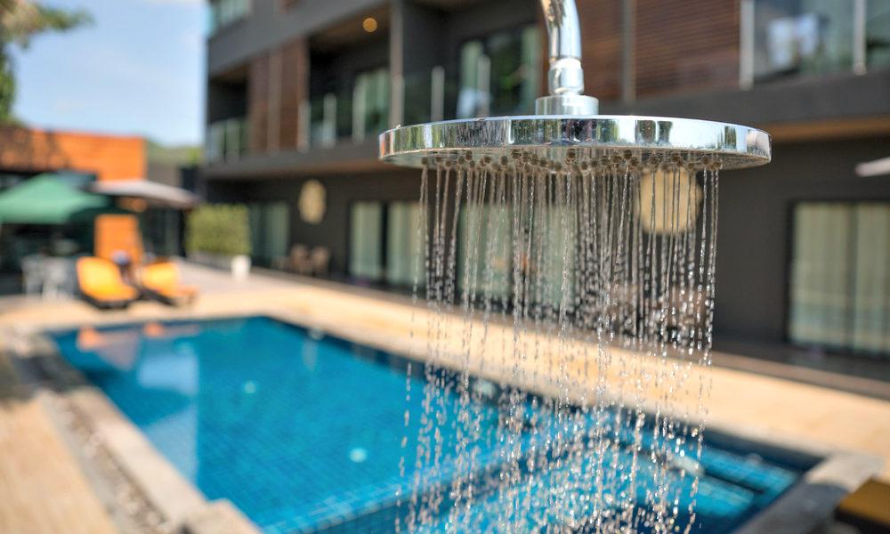 Douche près d'une piscine